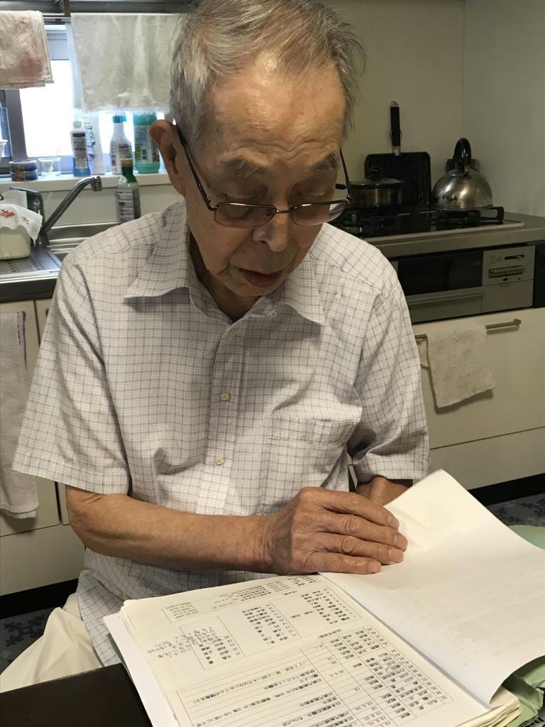 「同期生はほとんどが亡くなった」。名簿に目を落とす小山田博氏