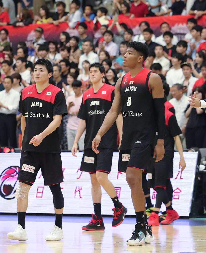 日本対ニュージーランド ニュージーランドに敗れ、引き揚げる(右から)八村塁、渡辺雄太ら日本の選手たち=カルッツかわさき(福島範和撮影)