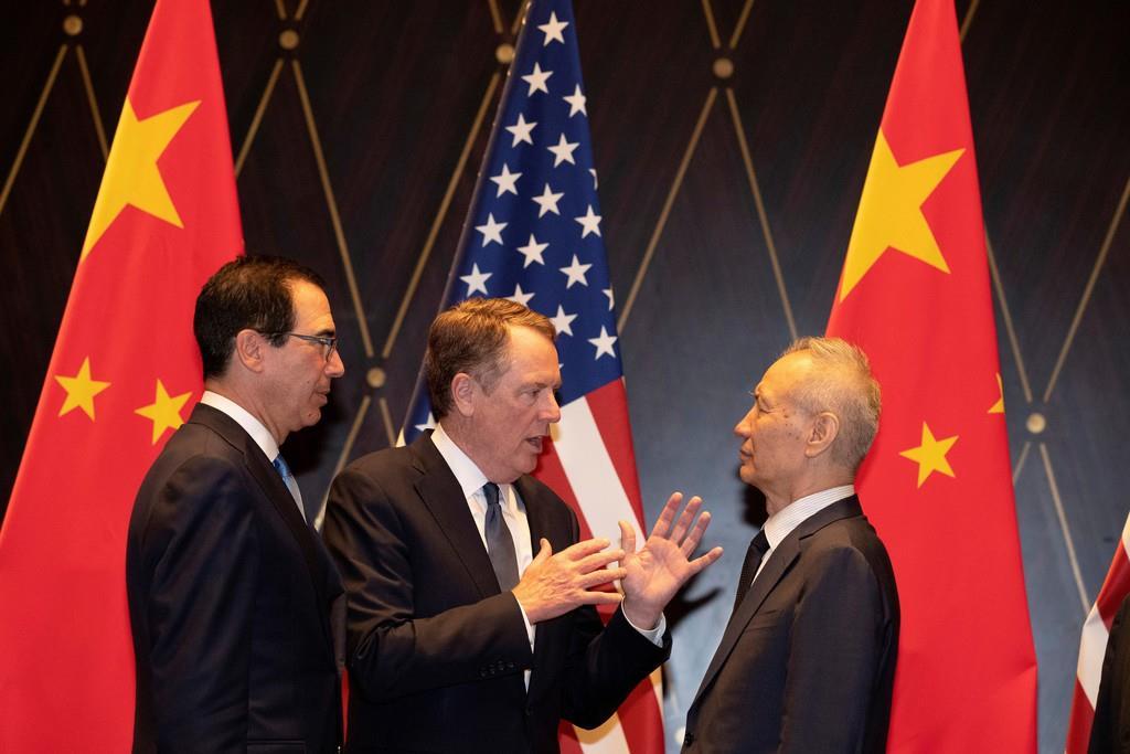 中国の劉鶴副首相(右)に話しかけるライトハイザー米通商代表(中央)=7月、上海(ロイター)