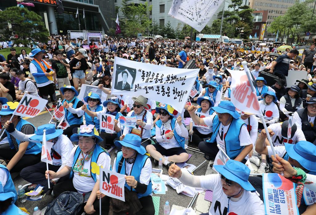 ソウルの日本大使館前で開催された1400回目の慰安婦集会=14日、ソウル(ソウル支局撮影)