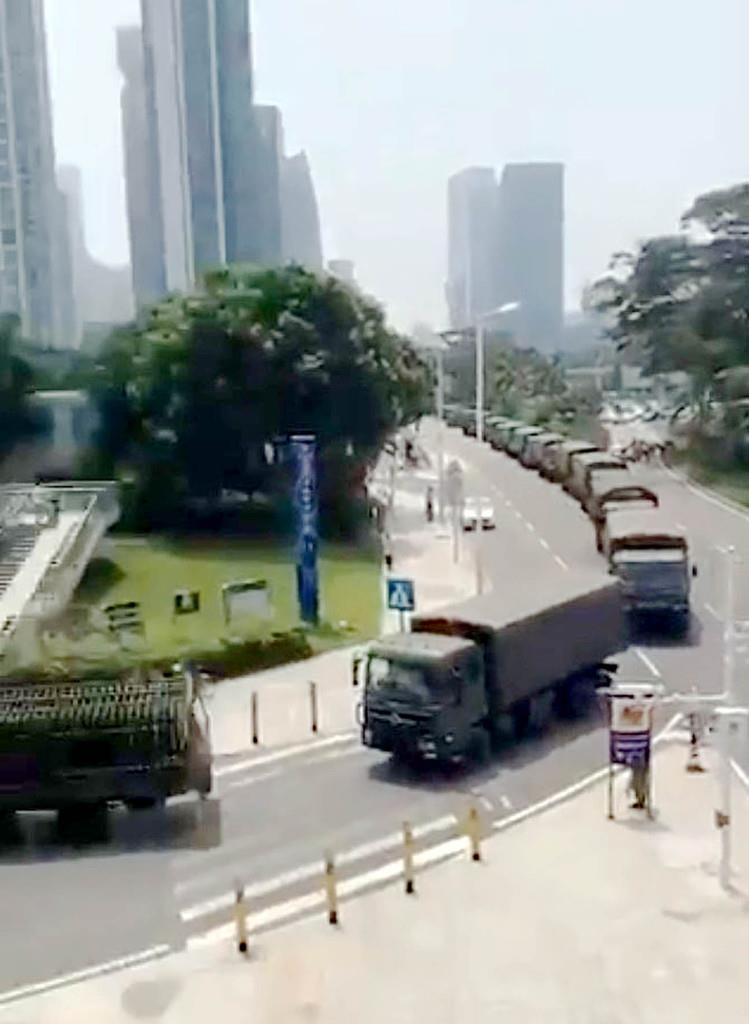 トランプ米大統領がツイッターで転載した、中国広東省深●(=土へんに川)市内を走行する軍用トラックの車列の様子とされる映像の一部