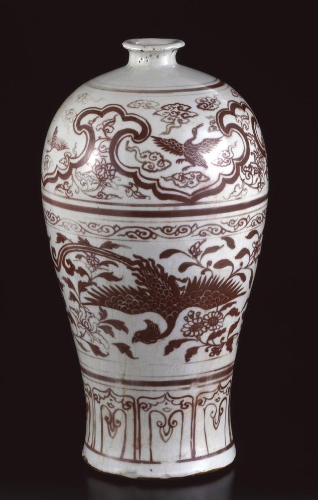 鳳凰などが表された「釉裏紅鳳凰文梅瓶」(大和文華館提供)