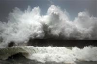 台風10号お盆シーズン直撃、影響相次ぐ 海水浴や花火大会中止も