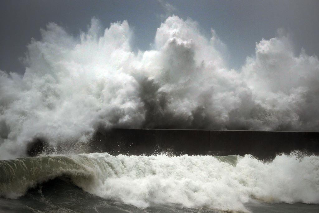 台風10号の影響で高知市の漁港に打ち寄せる高波=14日午後3時39分