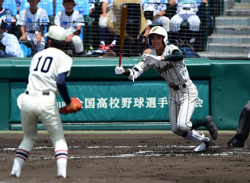 2回、鶴岡東・山路将太郎が先制の右前適時打を放った=甲子園球場(林俊志撮影)