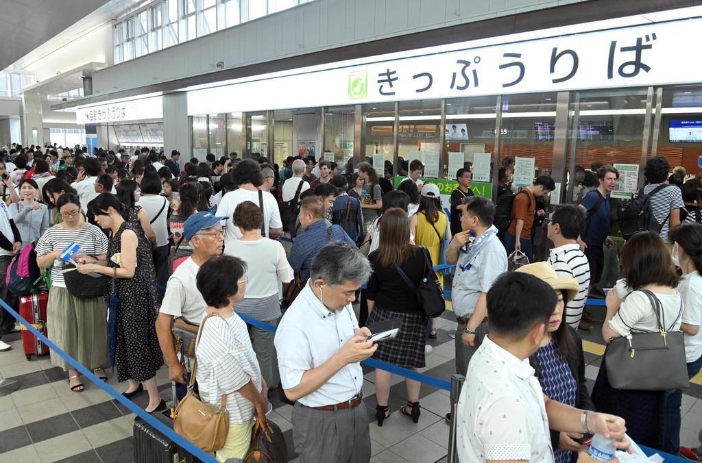 混雑する広島駅切符売り場=広島駅(今野顕撮影)