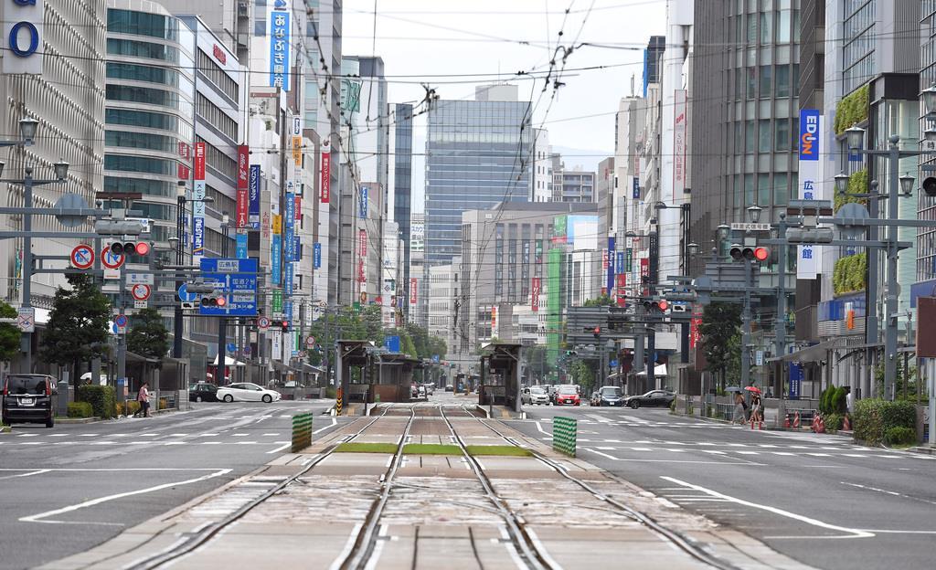 台風上陸の広島中心街。市電も運休で車もまばらで閑散とした=広島市(撮影・今野顕)