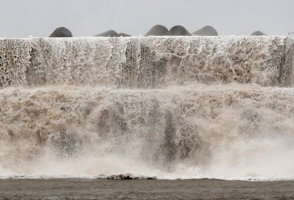 台風10号の影響で、高波をかぶった漁港の堤防=15日午前6時2分、高知県安芸市