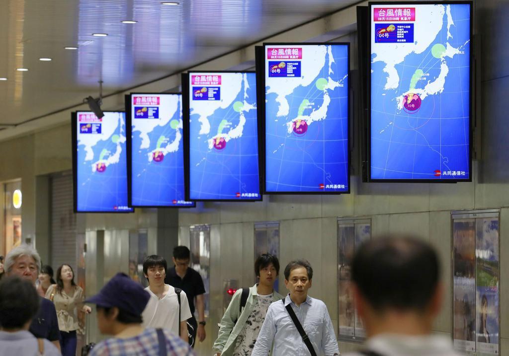 台風10号接近を知らせるJR新大阪駅のモニター=15日午前9時19分