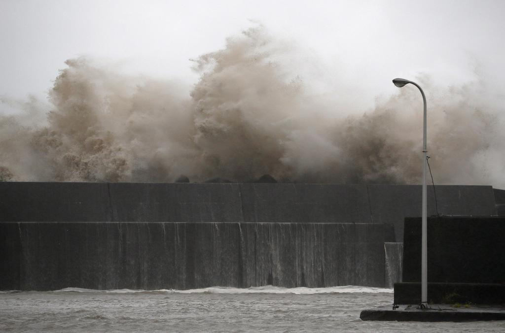 台風10号の影響で高知県安芸市の漁港に打ち寄せる高波=15日午前6時