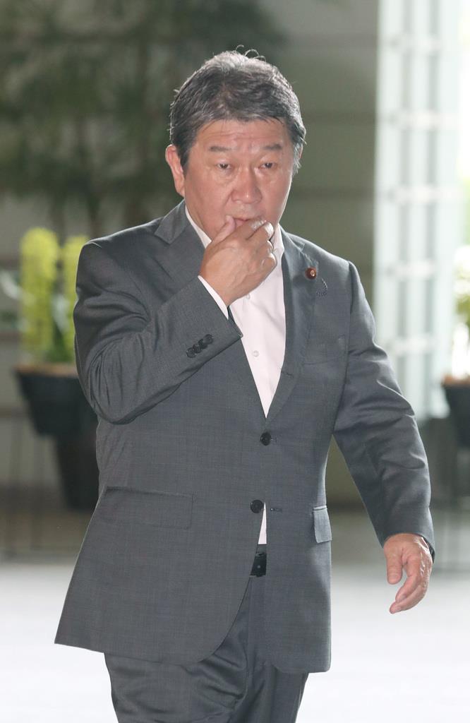8日午前、官邸入りする茂木敏充経済再生担当相=首相官邸(春名中撮影)