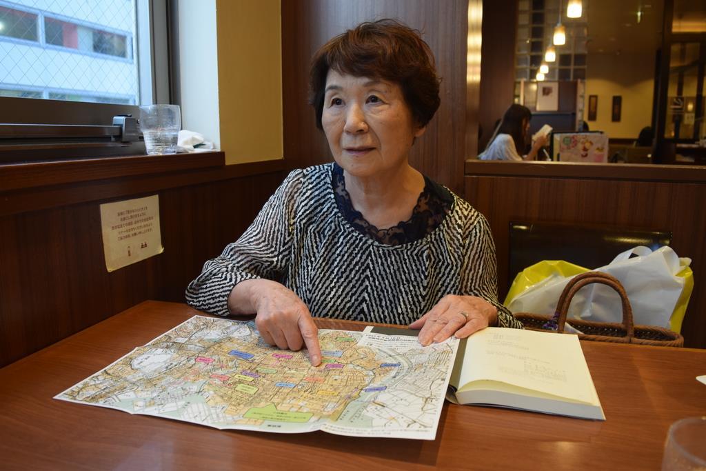 東京大空襲で逃げた道筋を説明する二瓶治代さん=立川市(吉沢智美撮影)