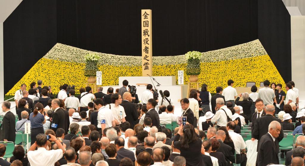 全国戦没者追悼式の開始を待つ参加者ら=15日午前、東京都千代田区の日本武道館(植村光貴撮影)