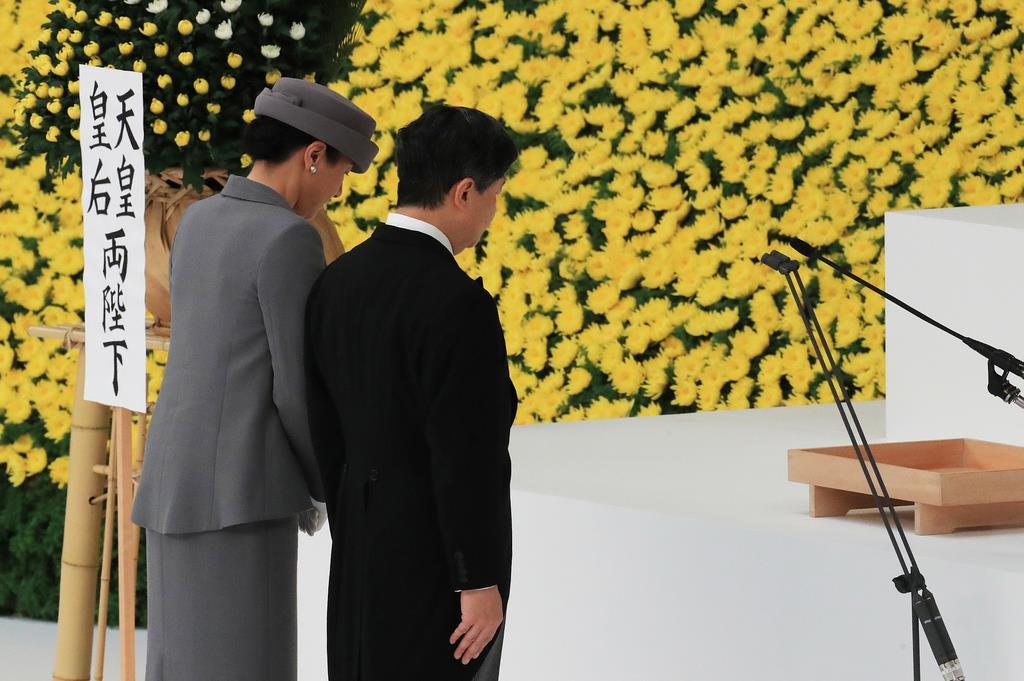 黙祷される天皇、皇后両陛下=15日、東京都千代田区の日本武道館(松本健吾撮影)