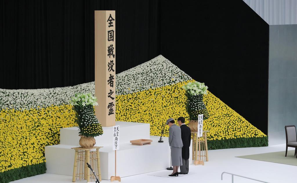 式典に出席され、黙祷される天皇、皇后両陛下=8月15日、東京都千代田区の日本武道館(早坂洋祐撮影)