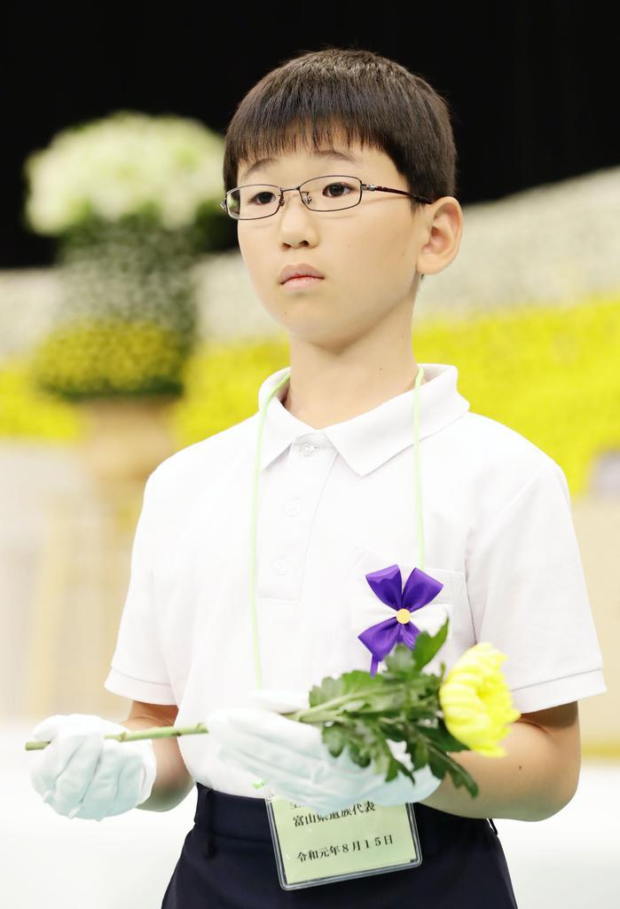 最年少献花補助者の佐野幸宏君=15日午前、東京・日本武道館