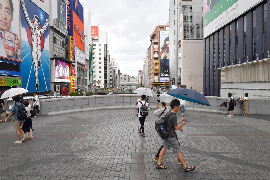 人通りが少ない大阪・ミナミの繁華街=15日午前、大阪市中央区(沢野貴信撮影)