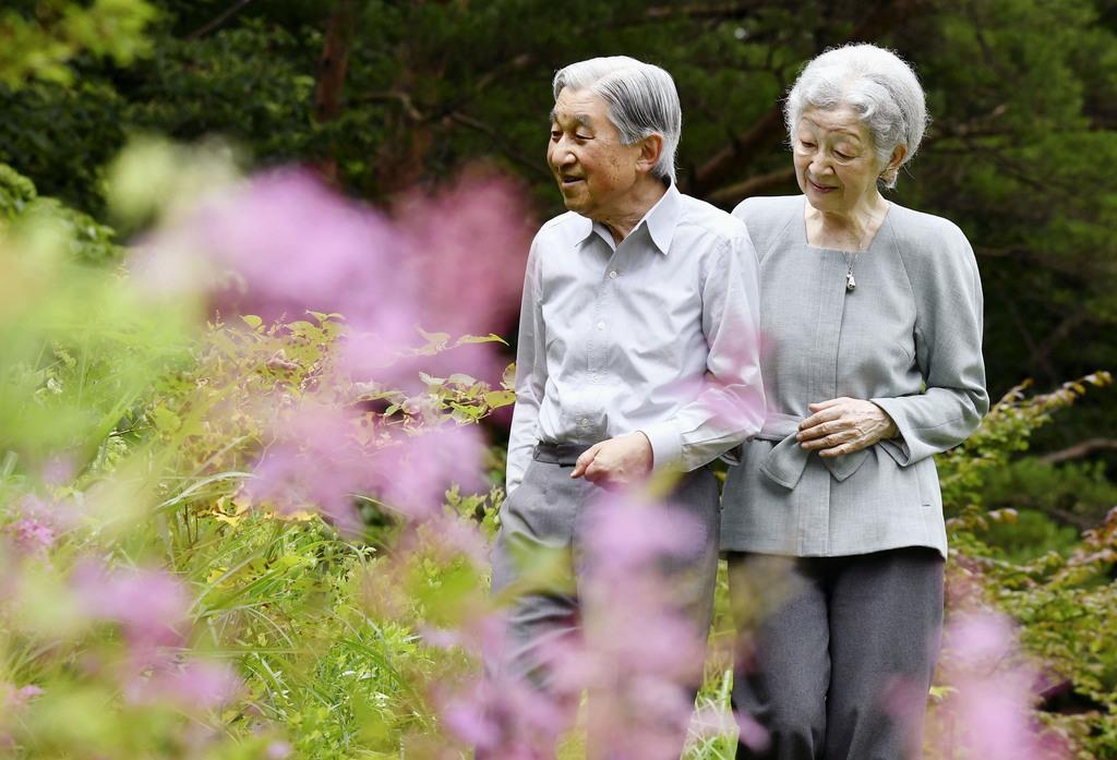 栃木県の那須御用邸内の休憩所「嚶鳴亭」の周辺を散策される上皇ご夫妻=7月25日午前(代表撮影)