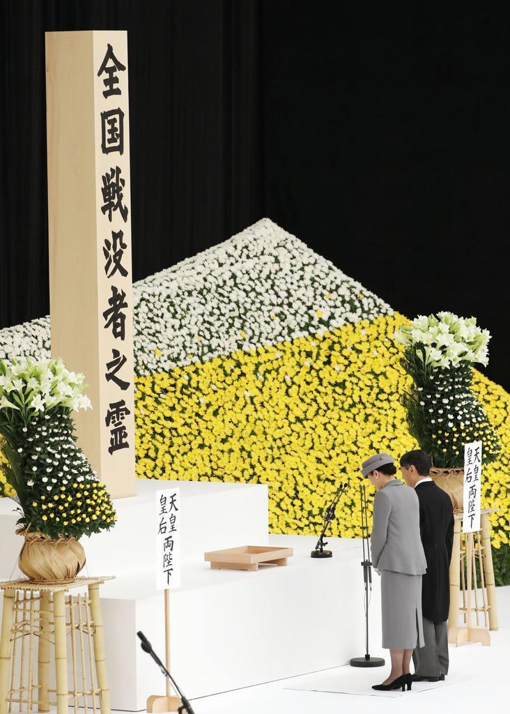 全国戦没者追悼式で黙祷(もくとう)される天皇、皇后両陛下=15日正午、日本武道館(東京都千代田区)