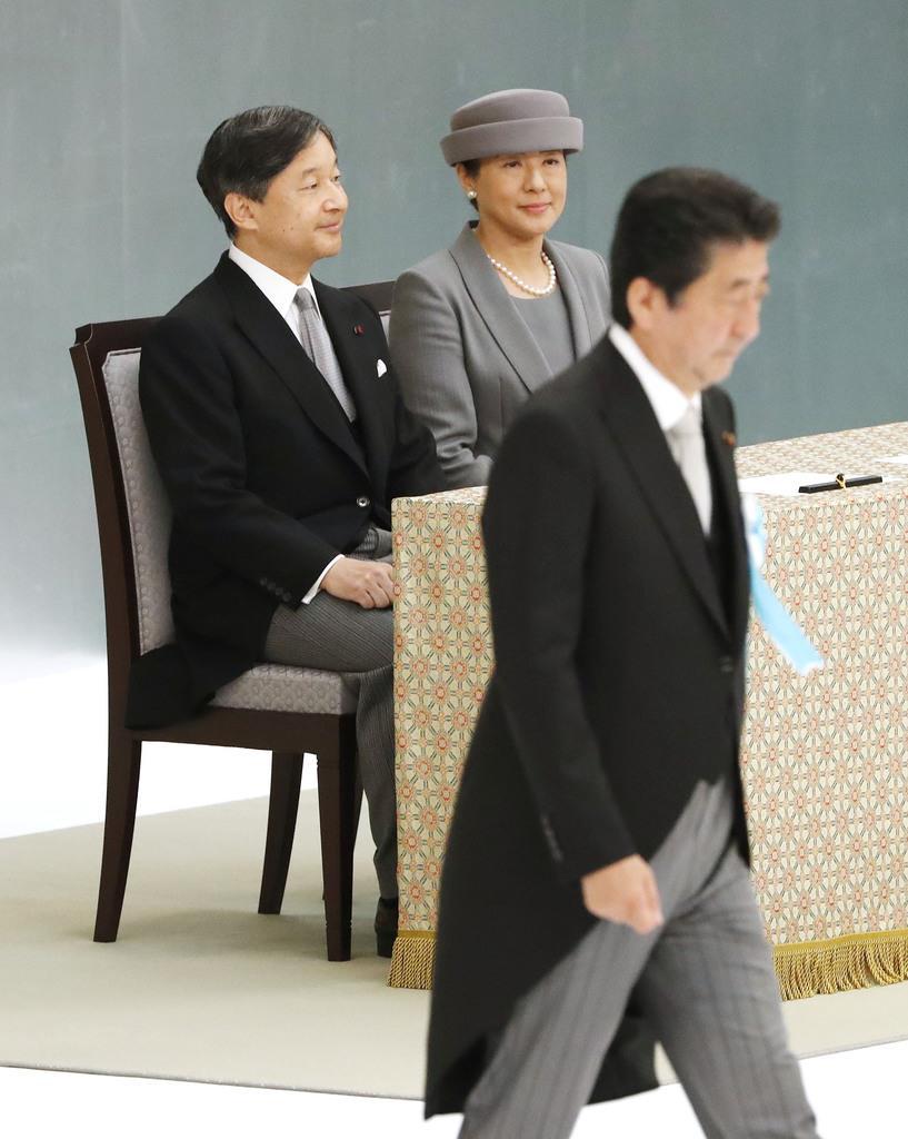 全国戦没者追悼式に臨席された天皇、皇后両陛下。手前は式辞を終えた安倍首相=15日午前、日本武道館(東京都千代田区)