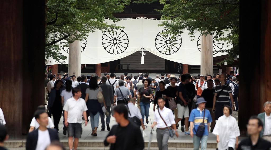 74回目の「終戦の日」。靖国神社には朝から多くの人が参拝に訪れた=15日午前、東京都千代田区(川口良介撮影)