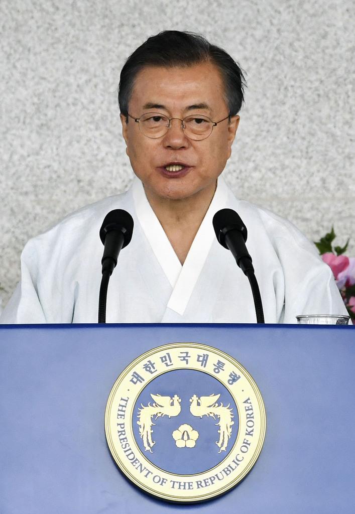 15日、韓国の天安で開かれた「光復節」式典で演説する文在寅大統領(共同)