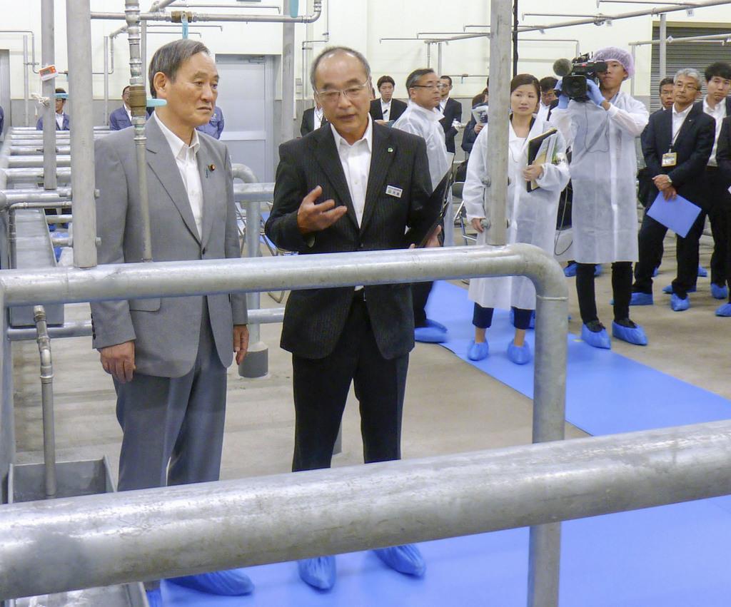 宮崎県都農町の食肉加工施設を視察する菅義偉官房長官(左端)。農水産物の輸出拡大を進める=6月9日