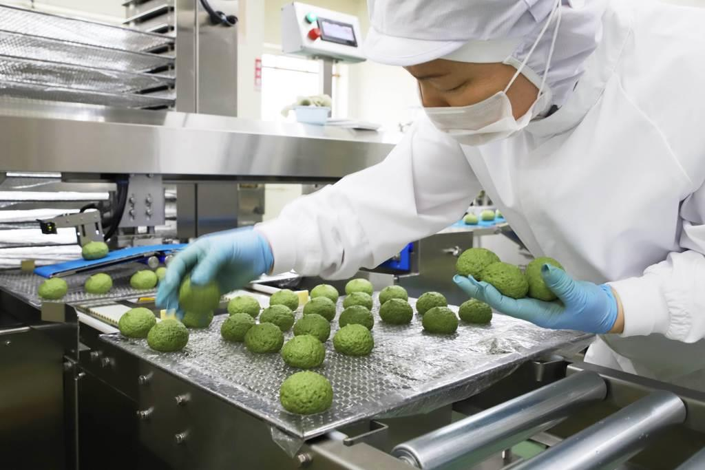 末広庵の菓子工場では「麩まんじゅう」などの川崎名菓が一つ一つ丁寧に作られている