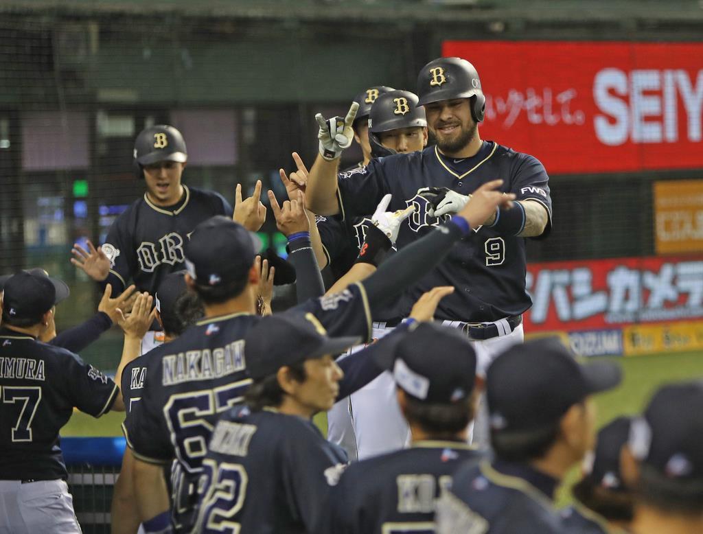 3回、オリックス・ロメロがこの日2本目となる本塁打。満塁弾に笑顔がこぼれる=15日、メットライフドーム(撮影・尾崎修二)