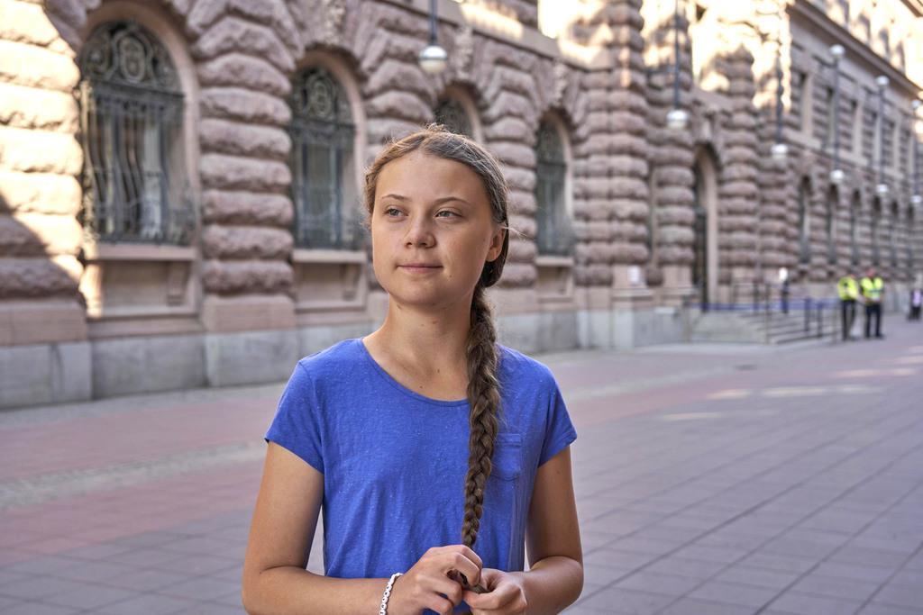 7月、スウェーデン・ストックホルムの議会前に立つグレタ・トゥンベリさん(AP)