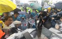 雨の中、抗議集会 光復節の韓国 安倍首相糾弾のロウソク集会も