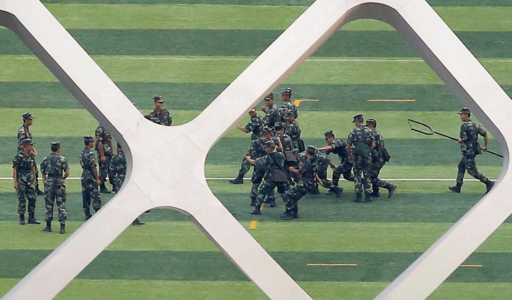 香港と隣接する中国広東省深●(=土へんに川)のスポーツ競技場で訓練する中国の武装警察とみられる部隊員ら=15日(ロイター)