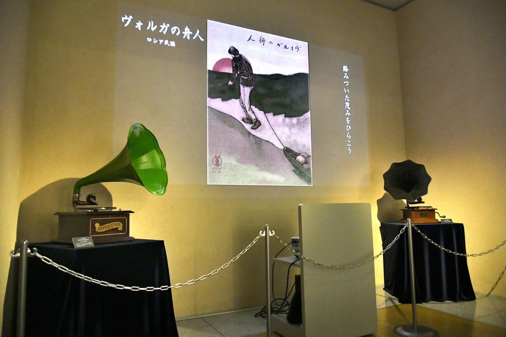 表紙画に合わせて当時のSP盤の音源が聴けるコーナー=神戸市中央区(民音音楽博物館提供)