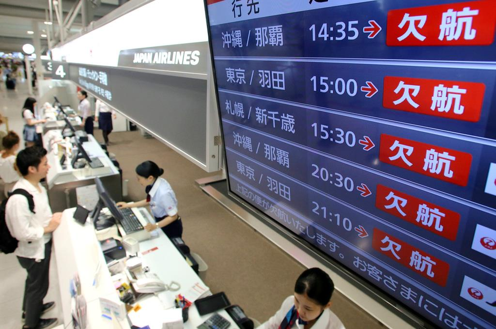 台風10号の影響を受けた欠航便が並ぶ航空会社の表示板=15日、関西国際空港(渡辺恭晃撮影)