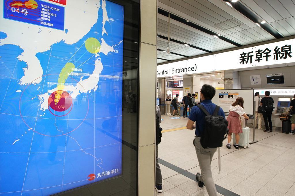 台風10号の進路を表示するJR新大阪駅新幹線改札前のモニター=15日午前、JR新大阪駅(恵守乾撮影)