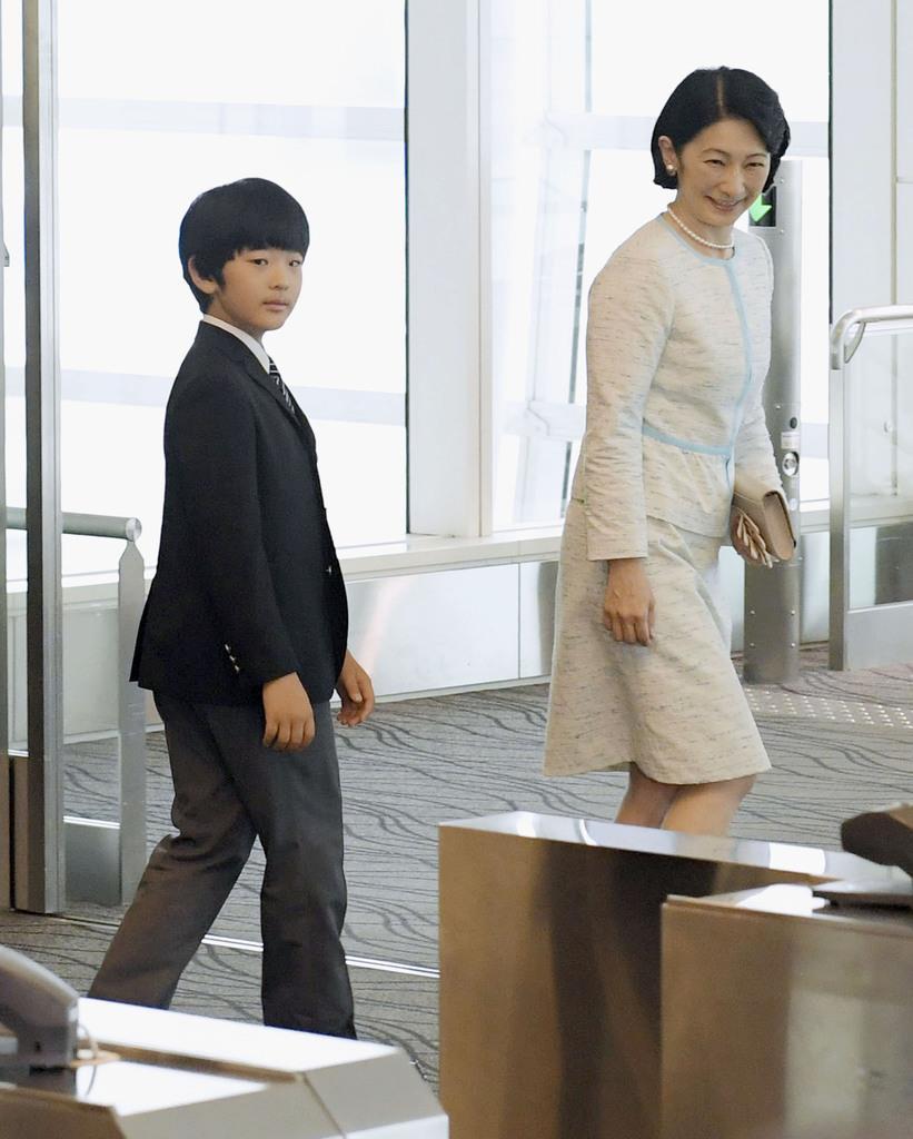 ブータンを訪問するため、羽田空港を出発される秋篠宮妃紀子さまと長男悠仁さま=16日午前(代表撮影)