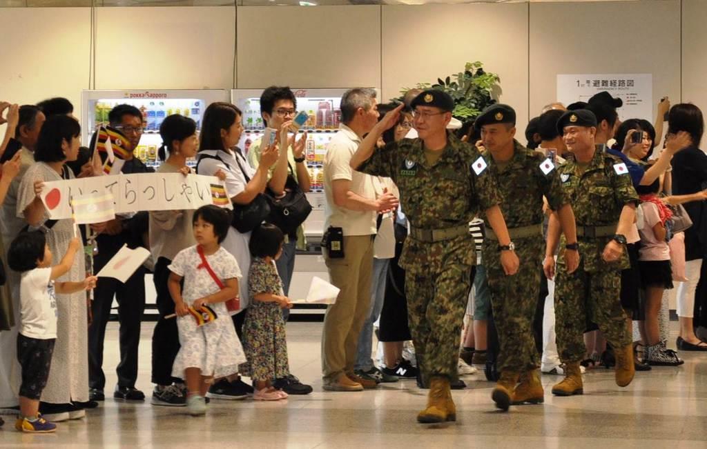 家族らに見送られ、ウガンダへ向けて出発する陸上自衛隊の教官団=16日、新千歳空港