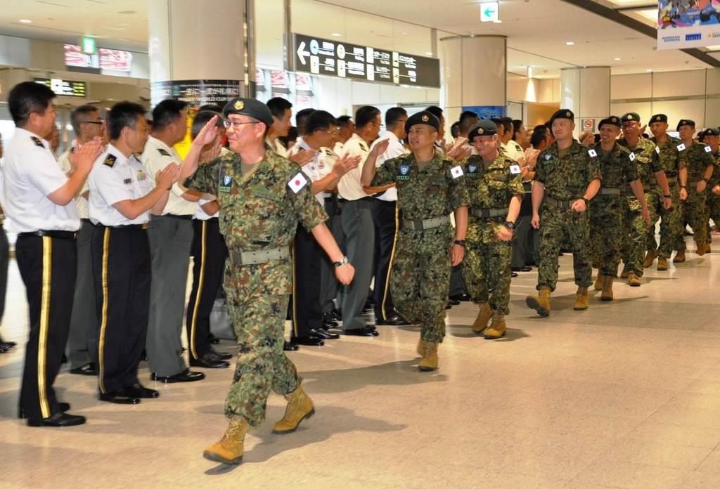 重機操作を指導するため、ウガンダに向けて出発する自衛官=16日、新千歳空港