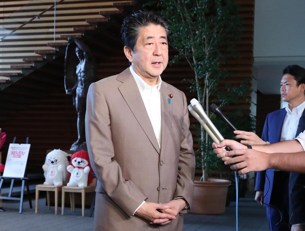 記者団の質問に答える安倍晋三首相=16日午前、首相官邸(春名中撮影)