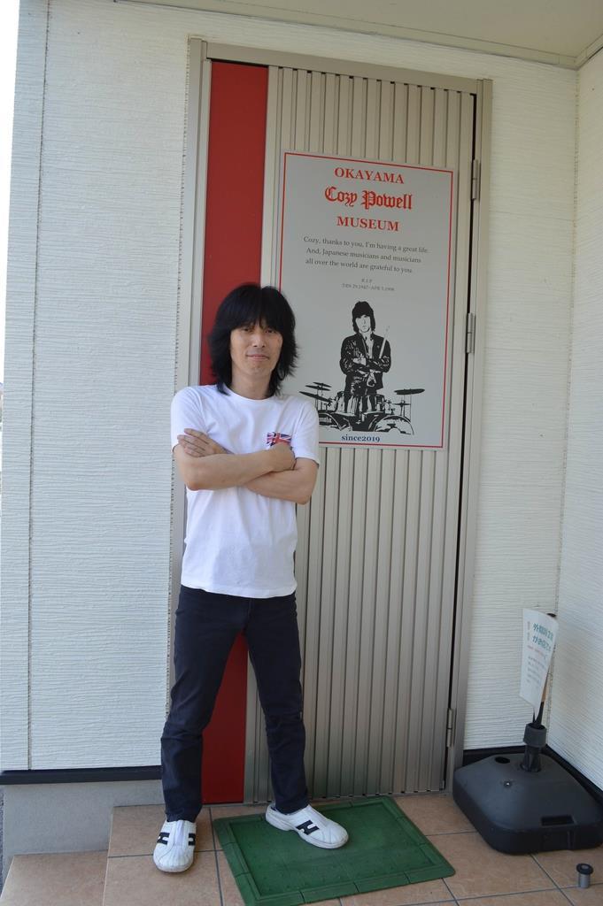 好きが高じてコージー・パウエルのミュージアムを開設した冨山さん=8月、岡山市