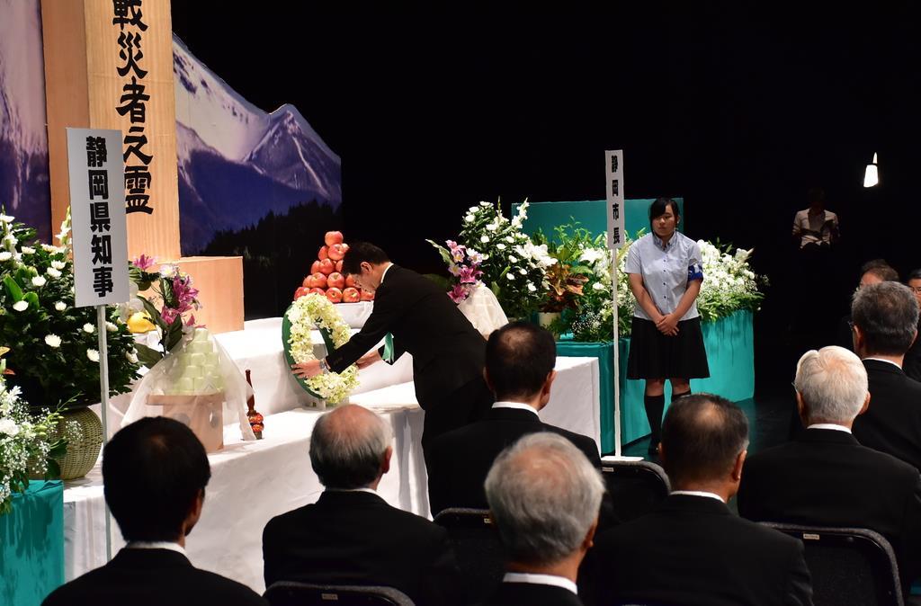 静岡市の戦没者を追悼する式典で献花する田辺信宏市長=15日、同市駿河区のグランシップ(田中万紀撮影)