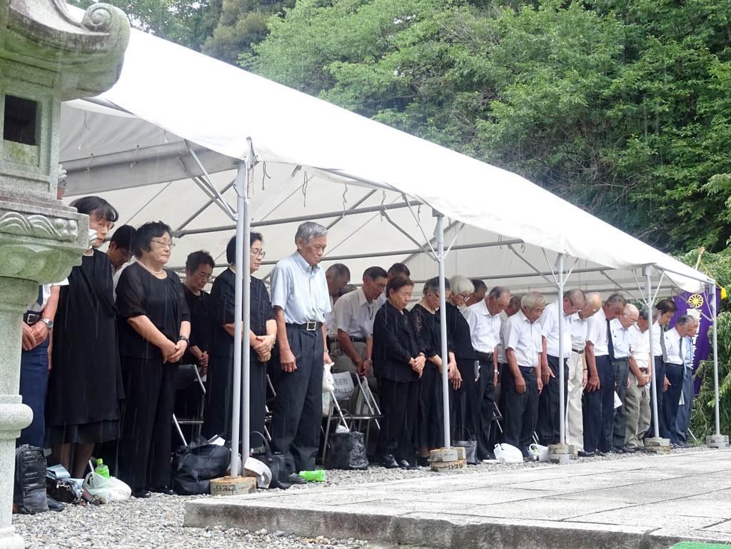 戦没者追悼式で黙祷を捧げる参列者ら=15日正午、宇都宮市陽西町の県護国神社