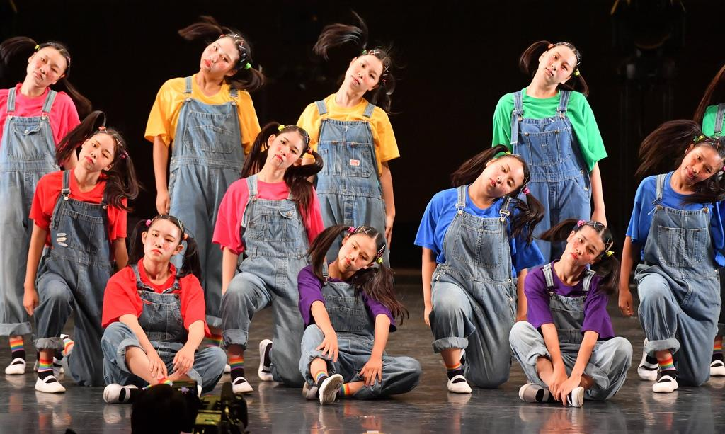 演技する県立柏陵高校=15日、横浜市のパシフィコ横浜(宮崎瑞穂撮影)