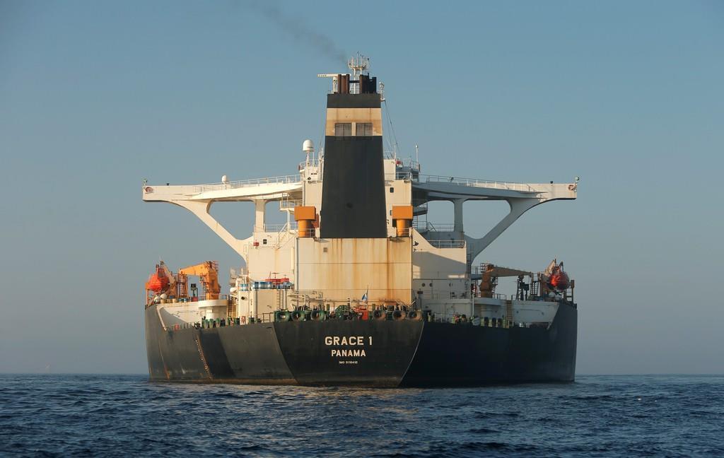 7月に拿捕(だほ)され、停泊中のイランの大型タンカー=15日、英領ジブラルタル(ロイター)