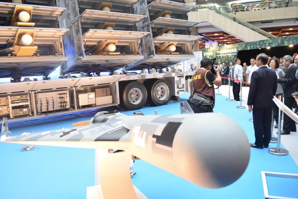 航空展で公開されたレーダー攻撃用無人機。蔡英文総統(右奥)が視察に訪れた=15日、台北市内(田中靖人撮影)