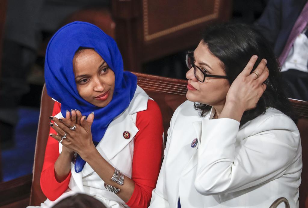 議会でトランプ米大統領の演説を聴くイルハン・オマル氏(左)とラシダ・トレイブ氏=2月、ワシントン(AP)
