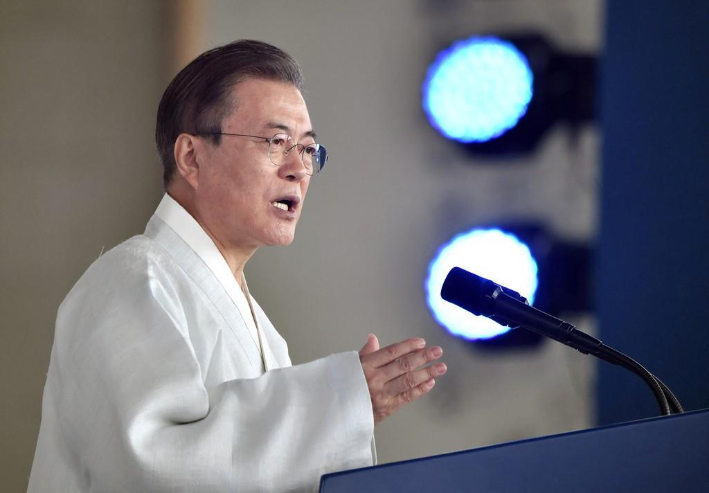 日露両国からの輸入品に関し、放射性物質の検査強化に踏み切った韓国の文在寅大統領=15日、韓国・天安(ロイター)