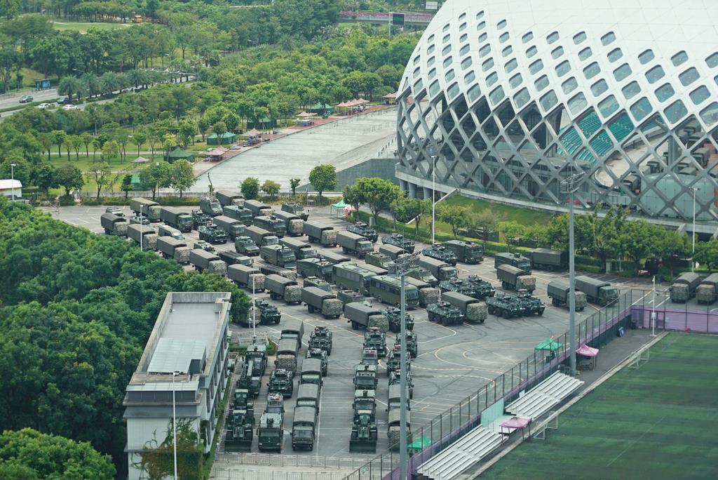 16日、香港との境界に近い中国・深せんの競技場に集結する武装警察の車両(AP)