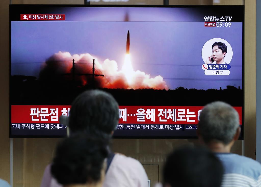 16日、韓国・ソウル駅で北朝鮮による飛翔体発射を報じるニュース番組(AP)