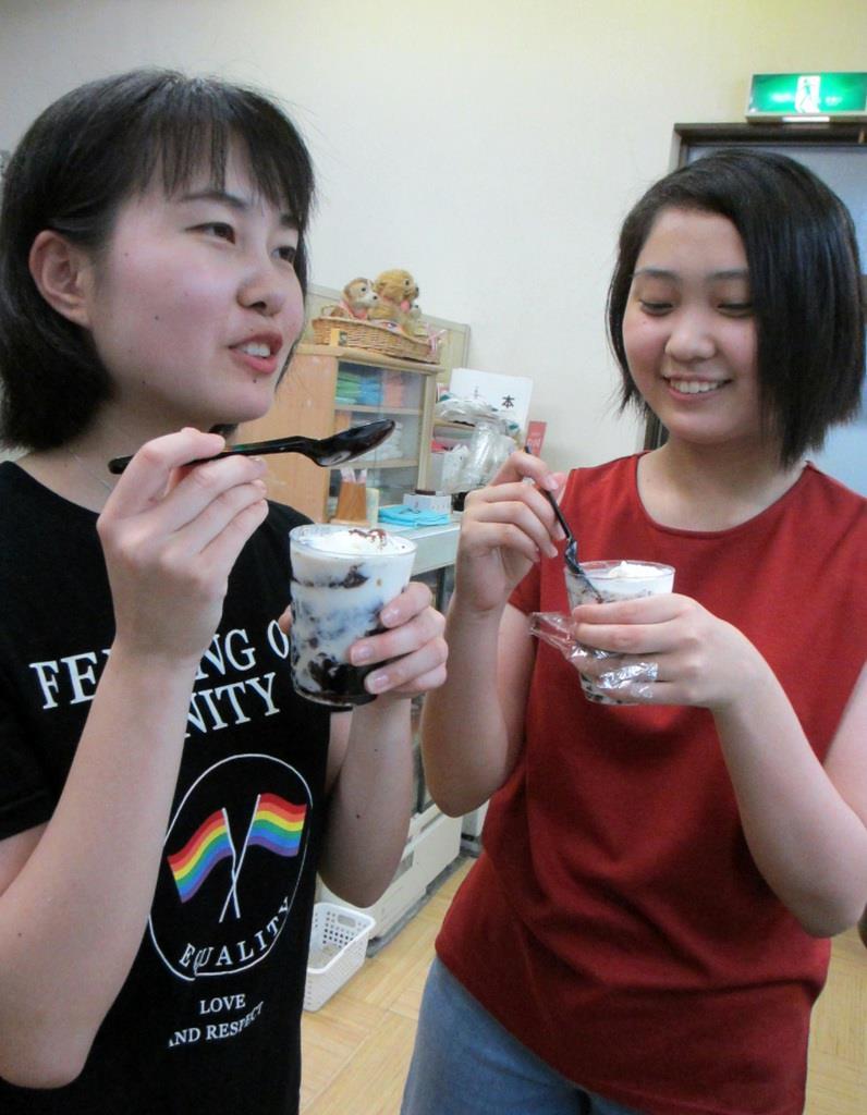 コーヒーゼリーを味わいながら「香りがすごく良かった」などと薔薇風呂の感想を話した安積麻利さん(左)と妹の萌々さん